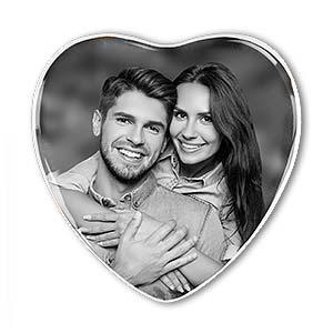 Grabbild - Porzellanbild in Herzform mit weißem Rand, schwarz-weiß.